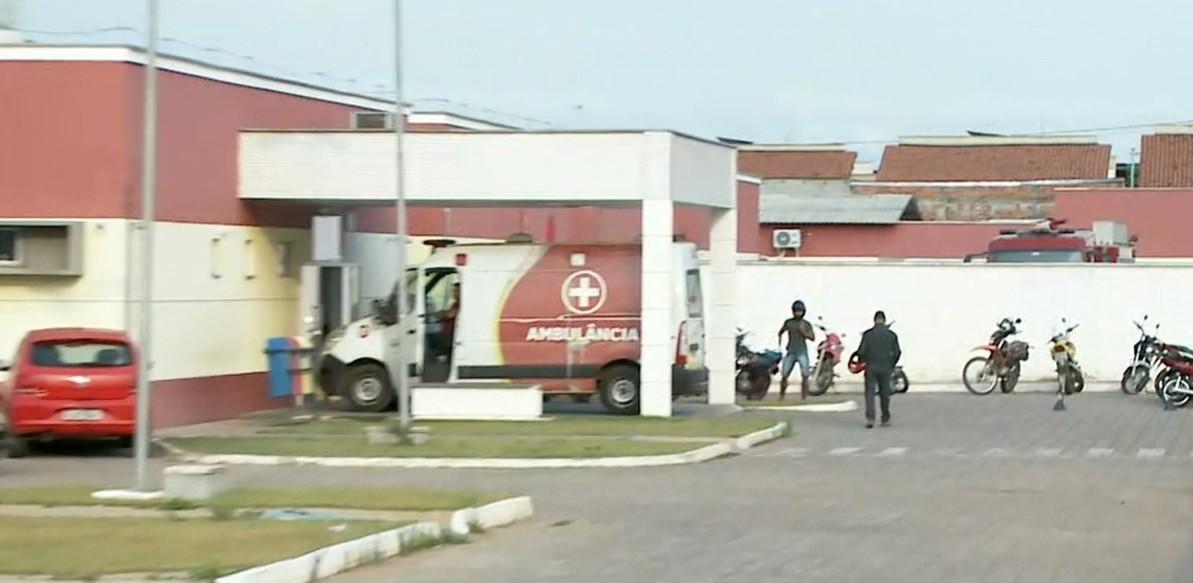 Pacientes em macas são retirados de ala por conta de incêndio em hospital de Imperatriz - Notícias - Plantão Diário