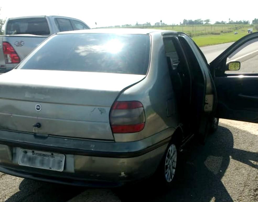 Carro usado na ação tem placas de Itaquaquecetuba: quadrilha deixou a capital para praticar o roubo no interior — Foto: Polícia Militar/Divulgação