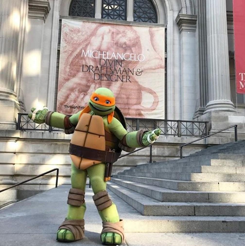 Tartaruga ninja Michelangelo visita exposição do artista Michelangelo nos EUA (Foto: metmuseum/Instagram)