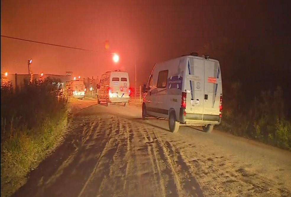 Movimentação de carros da Susepe e da Brigada Militar começou ainda na madrugada em Charqueadas (Foto: Reprodução/RBS TV)