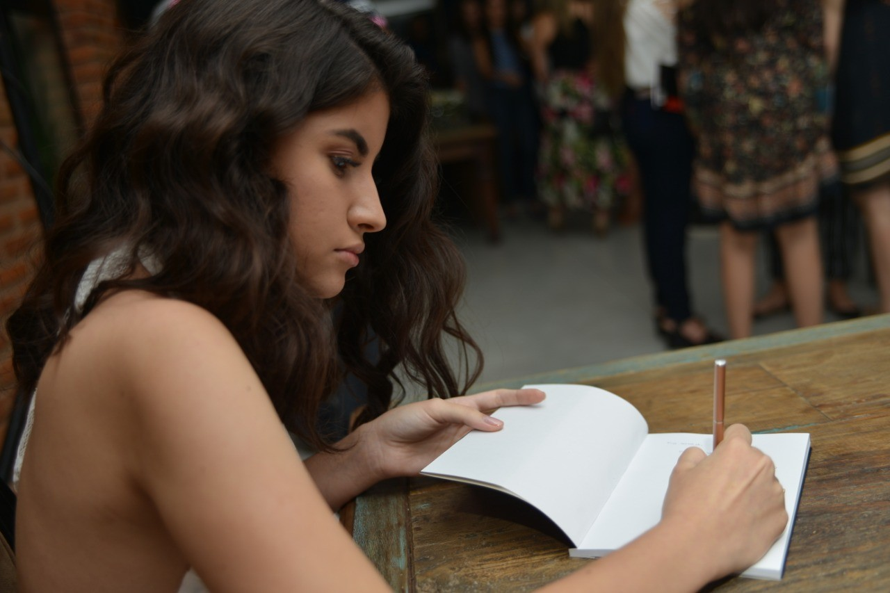 Menina de 17 anos lança livro e destina renda arrecadada para lar de acolhimento de idosos em Montes Claros - Noticias