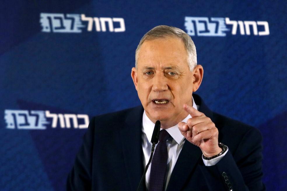 O líder do Partido Azul e Branco, Benny Gantz, em discurso na cidade de Tel Aviv, Israel em 7 de março de 2020 — Foto: Sebastian Scheiner/AP/Arquivo
