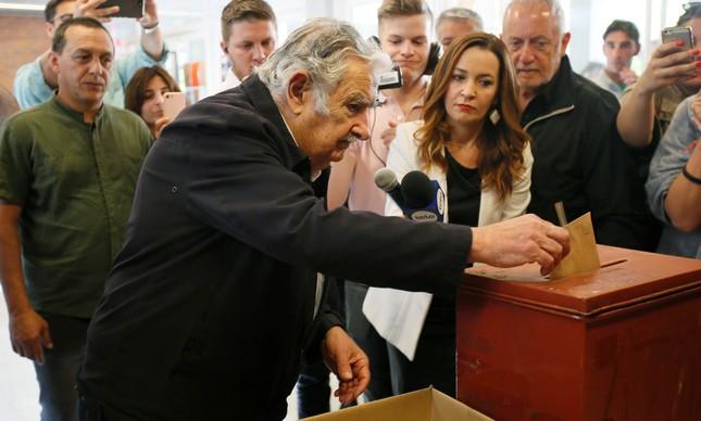 Mujica depositando seu voto nas eleições uruguais de 2019
