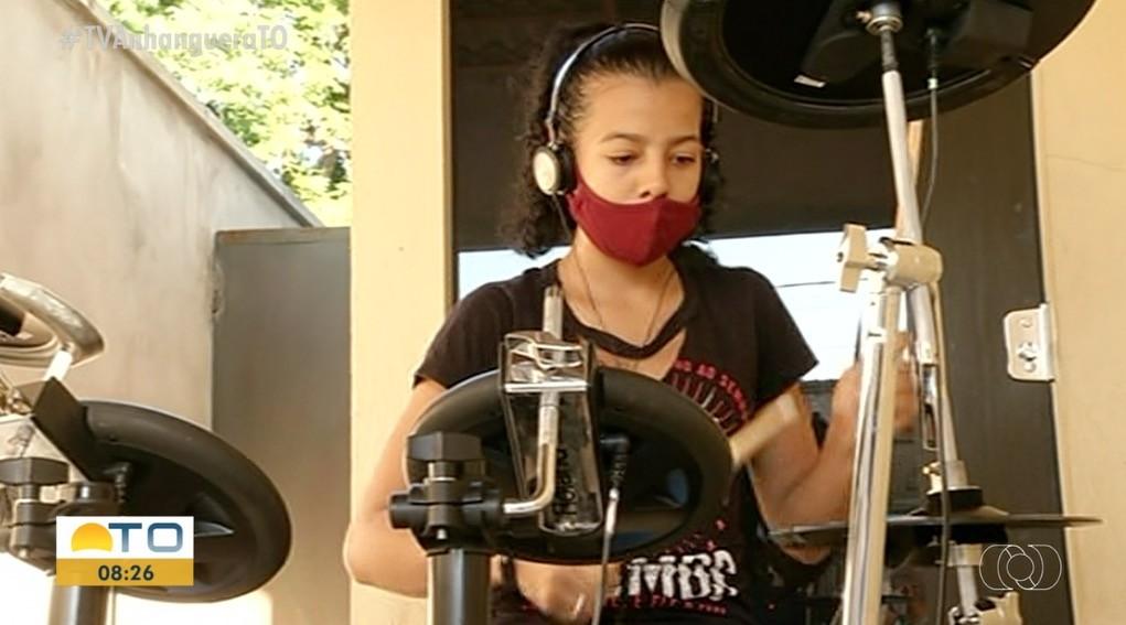 Adolescente que viralizou após usar baldes e latas como instrumento ganha bateria: 'a que eu queria'