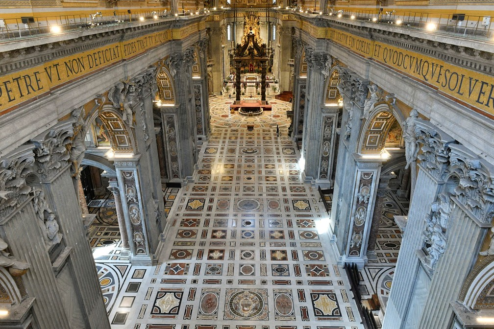 5 de abril - Basílica de São Pedro, no Vaticano, sem fiéis durante Missa de Domingo de Ramos — Foto: Vatican Media via Reuters