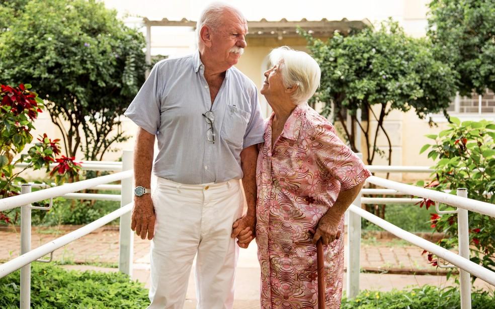 João e Dirce começaram a namorar a quatro meses, mas não quiseram esperar mais tempo para o casamento em Ribeirão Preto, SP — Foto: Francine Souza/Divulgação
