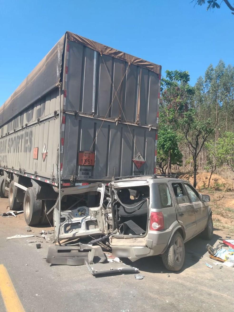 Carro onde as vítimas estavam  — Foto: Polícia Militar / Divulgação