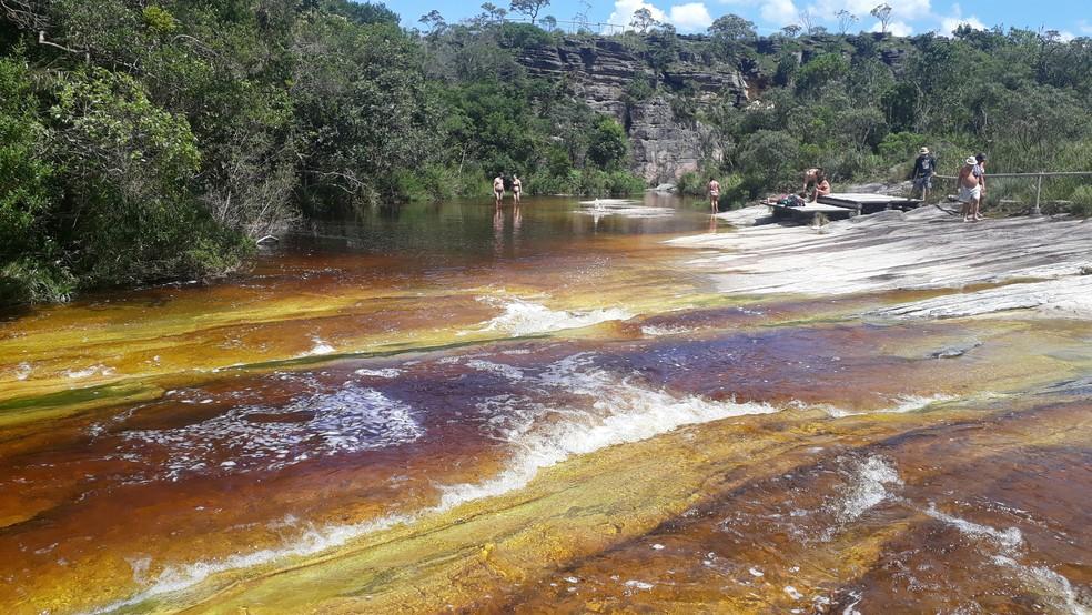"""Parque Estadual do Ibitipoca - principal responsável pela cor de """"coca-cola"""" das águas é o tanino das folhas e a variação da incidência de luz, bloqueada pelos paredões — Foto: Vivian Reis/G1"""