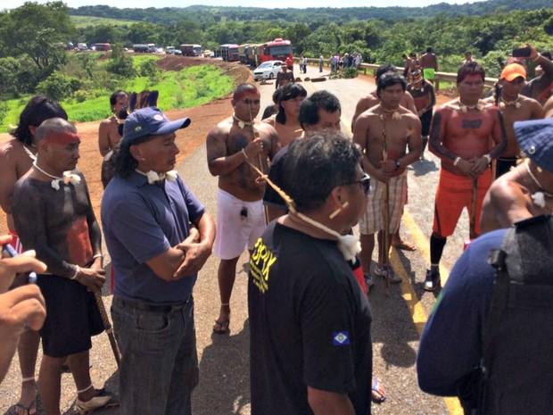 ìndios da etnia Cavante interditaram totalmente um trecho da rodovia em MT (Foto: Luis Roberto Fileto/TVCA)