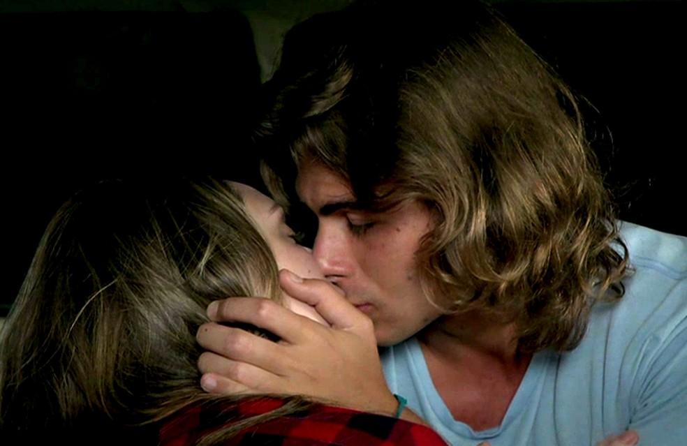Manuzita (Isabelle Drummond) e João (Rafael Vitti) se beijam, na novela 'Verão 90' — Foto: TV Globo