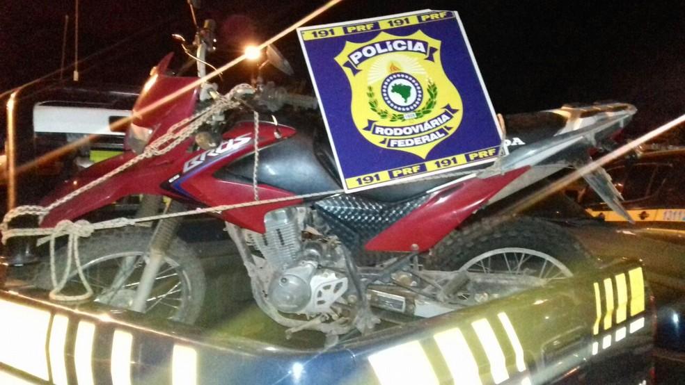 -  Motocicleta recuperada pela PRF durante fiscalização de rotina na BR-163  Foto: Divulgação/PRF
