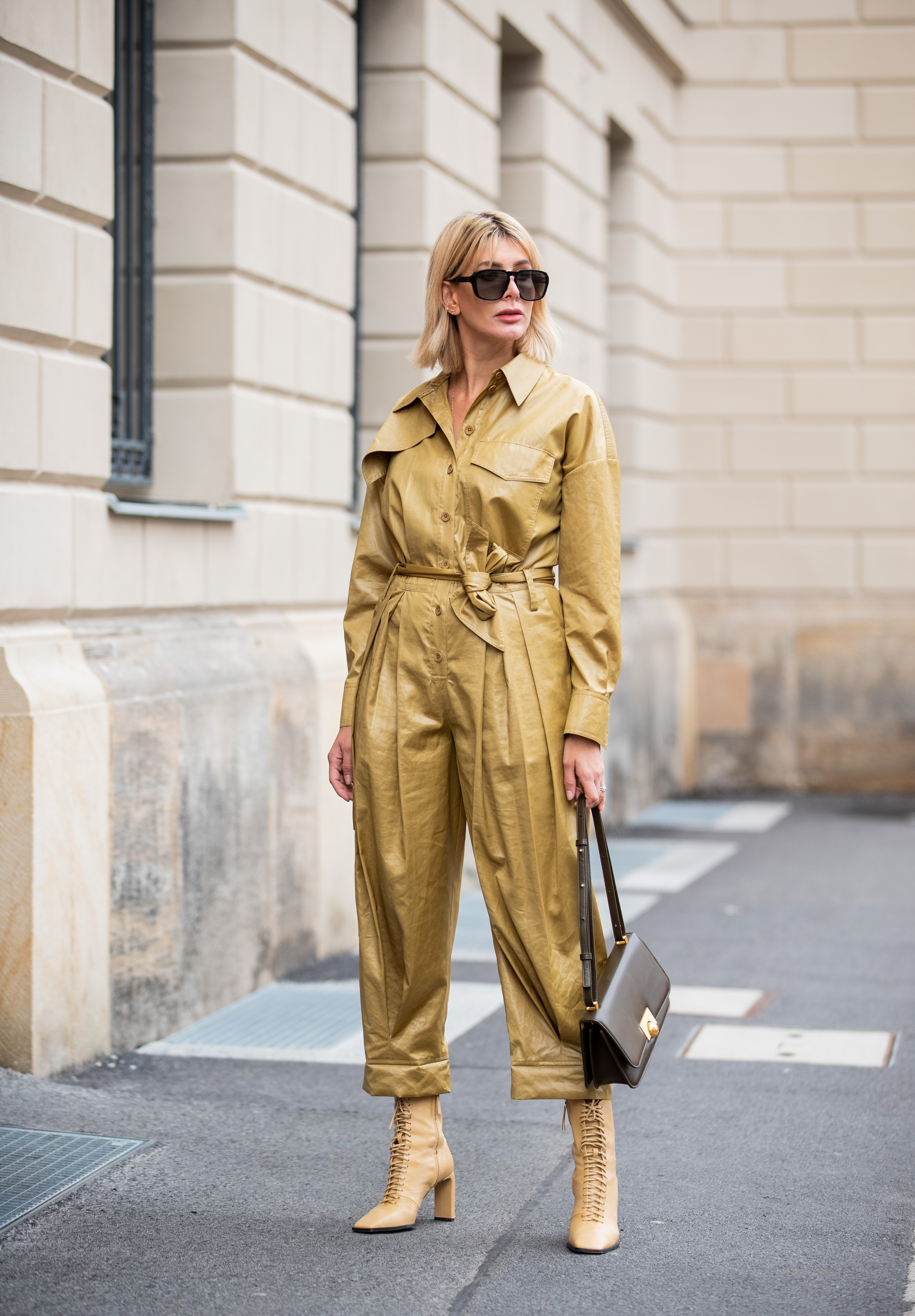 BERLIN, GERMANY - NOVEMBER 15: Victoria Nasir is seen wearing light brown jumpsuit Tibi, BV classic bag in khaki Bottega Veneta, laced up boots Zara, sunglasses on November 15, 2019 in Berlin, Germany. (Photo by Christian Vierig/Getty Images) (Foto: Getty Images)