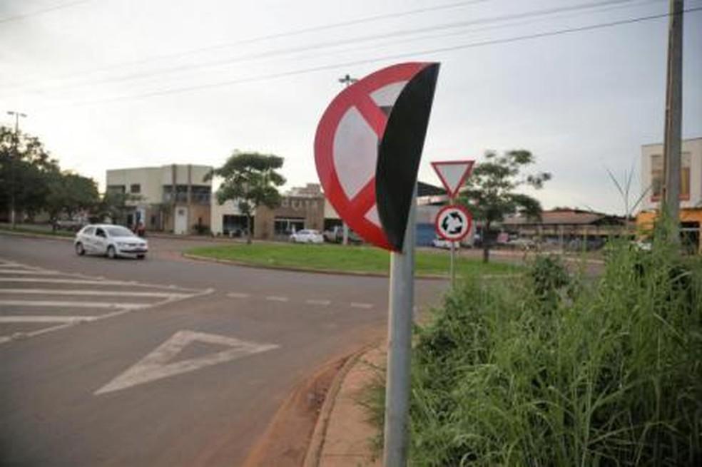 Placas são depredadas em Araguaína — Foto: Marcos Filho Sandes/ Prefeitura de Araguaína