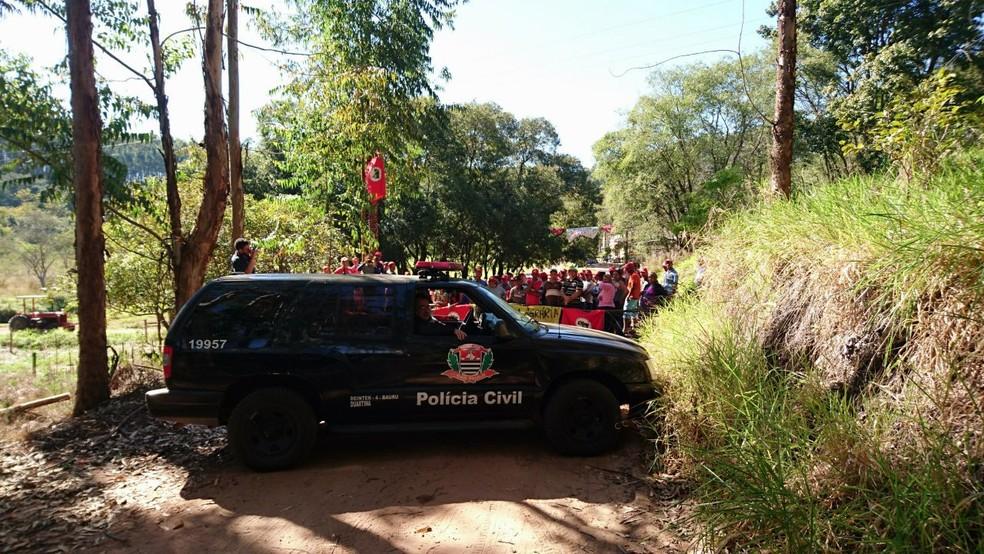 Polícia acompanha movimentação do MST em fazenda ocupada em Duartina (Foto: Alan Schneider / TV TEM)