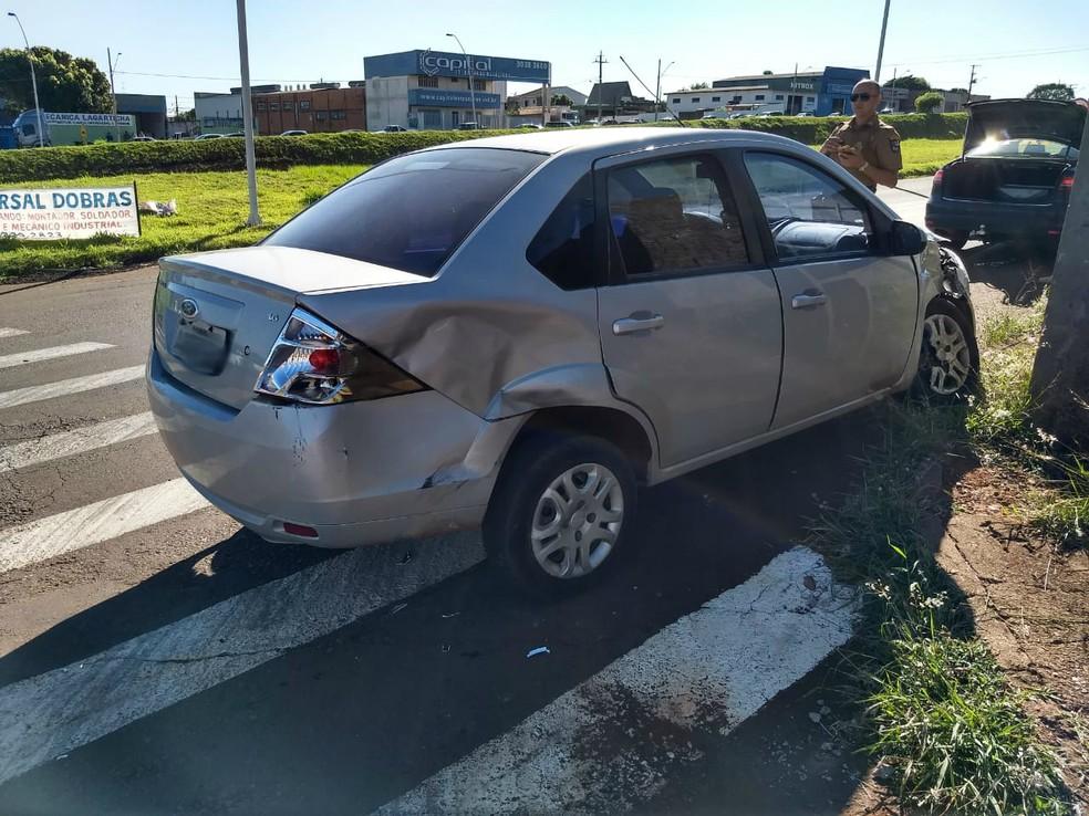 Motorista suspeito bateu em um veículo, mas ninguém se feriu  — Foto: Raquel Moraes/RPC