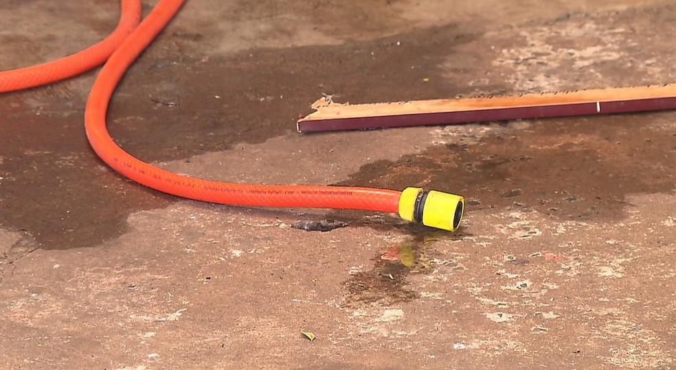 Vizinhos usaram uma mangueira para apagar o fogo no corpo da menina, em Londrina — Foto: Reprodução/RPC