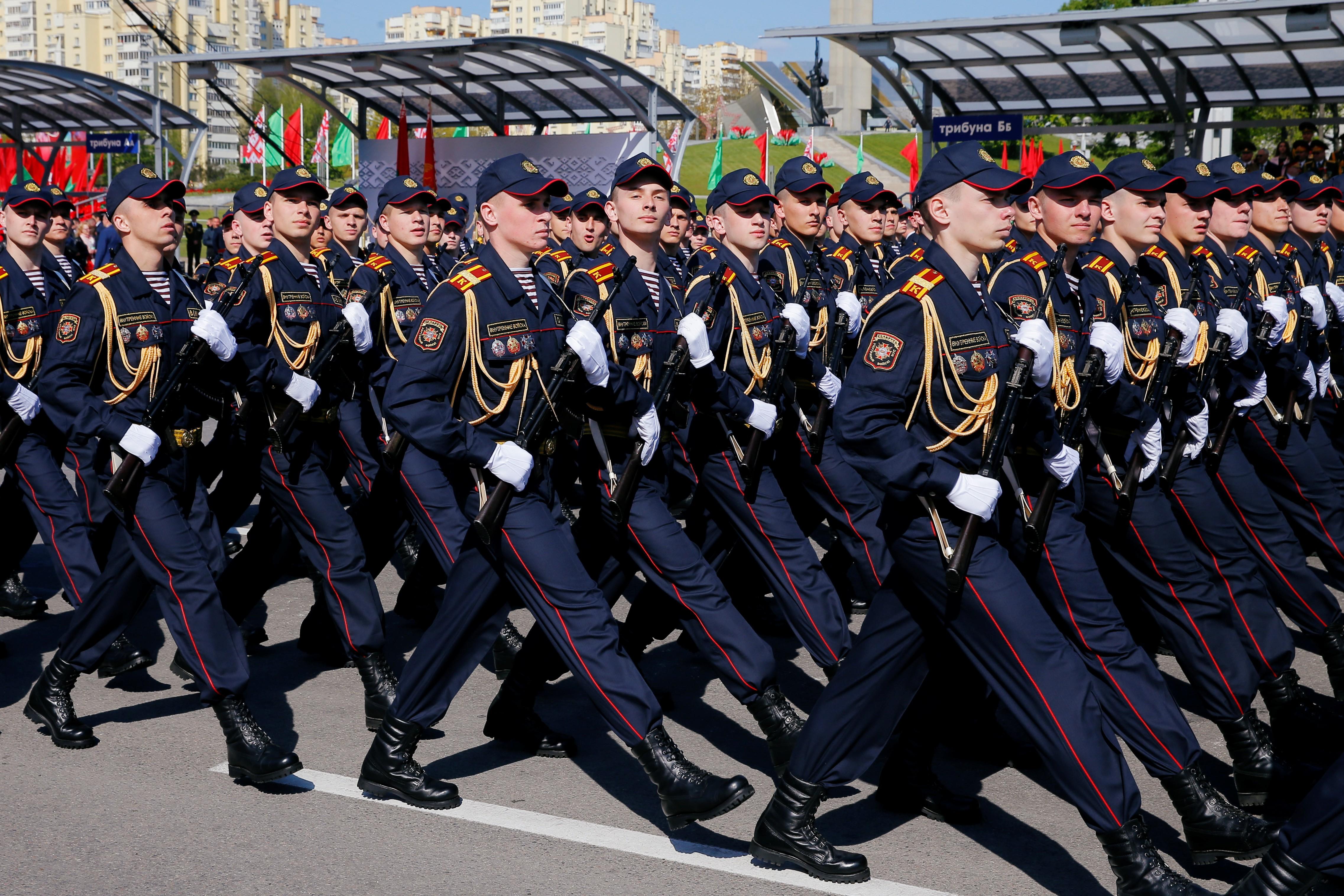 Belarus celebra 75 anos de vitória na guerra com mega parada militar; brasileiro tenta sair do país que nega a gravidade da pandemia