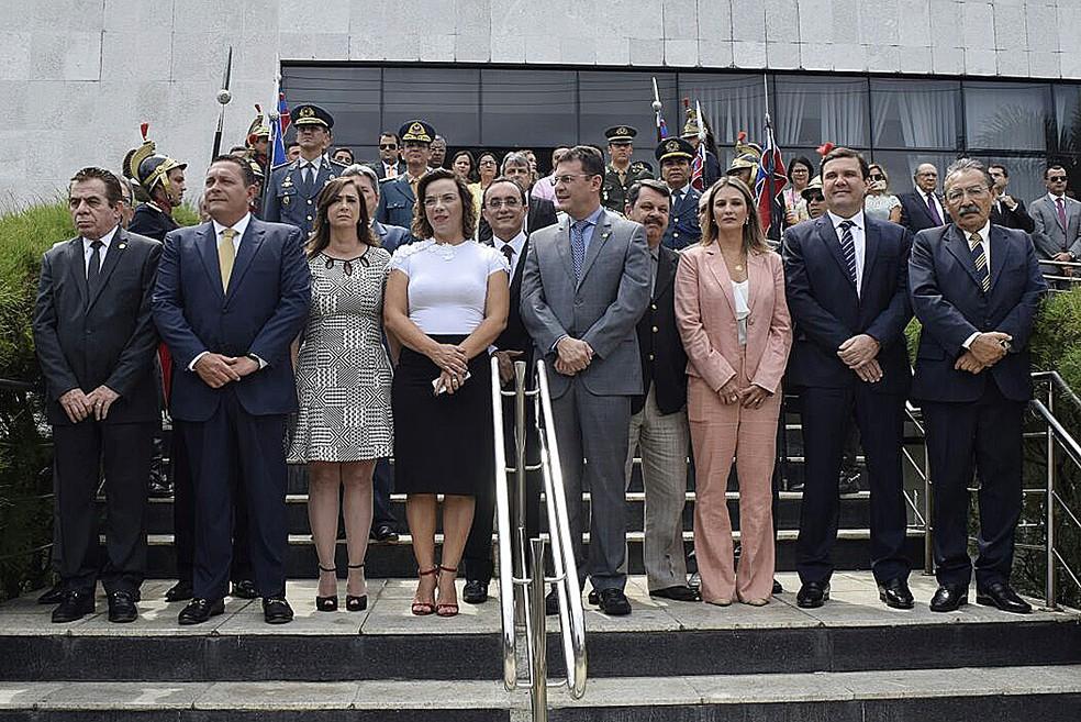 As três deputadas da ALRN ao lado dos colegas deputados, na abertura do ano legislativo (Foto: João Gilberto/Assembleia Legislativa do RN)