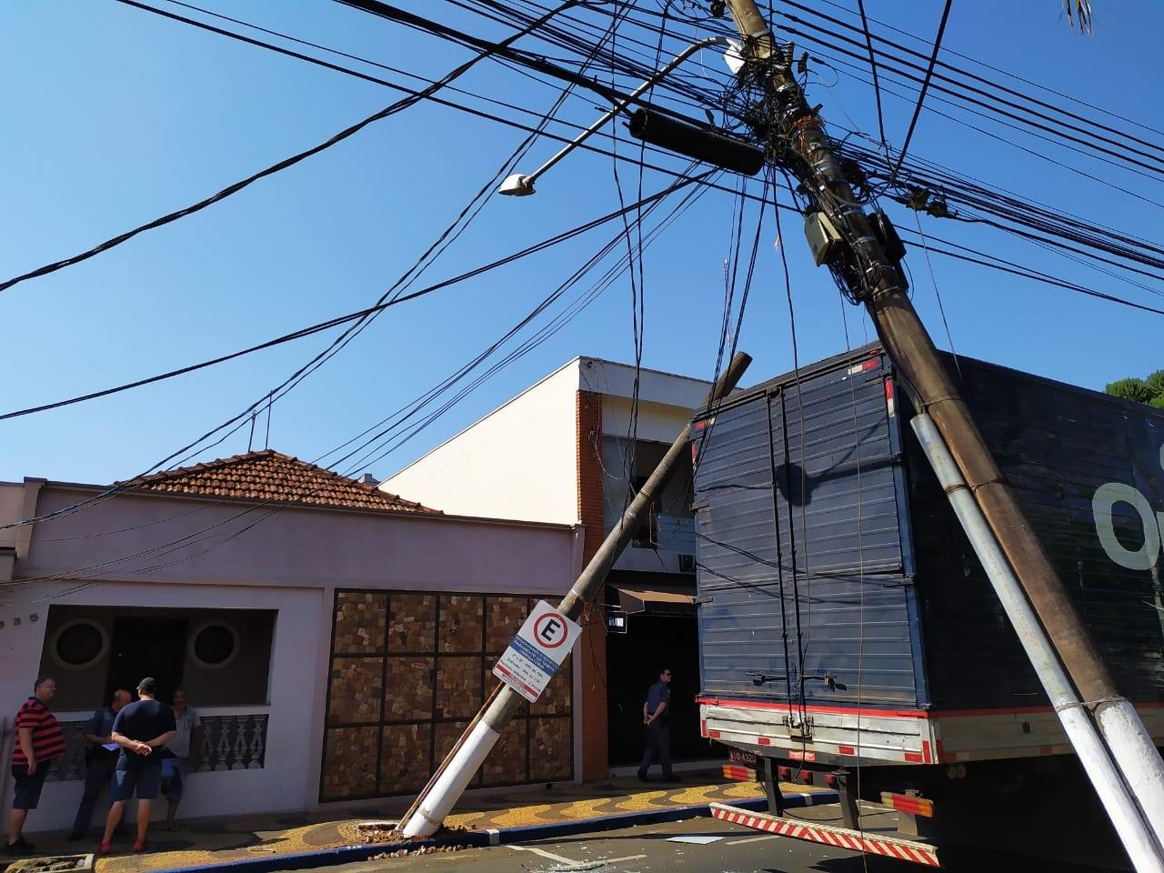 Caminhão enrosca em fios, arrasta postes em Leme e deixa 60 pessoas sem energia elétrica  - Notícias - Plantão Diário