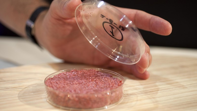 O hambúrguer de laboratório estará no mercado em até três anos (Foto: Universidade de Maastricht/Divulgação)