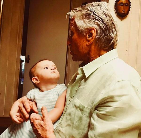 O ator Michael Douglas com a netinha de nove meses, Lua (Foto: Instagram)
