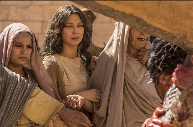 """Day Mesquita grava a cena de """"Jesus"""" em que Maria Madalena acompanha o sofrimento do protagonista (Dudu Azevedo) (Foto: Blad Meneghel)"""