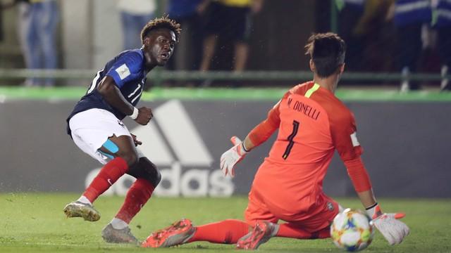 Mbuku chuta na saída de Matheus Donelli e amplia para a França contra o Brasil