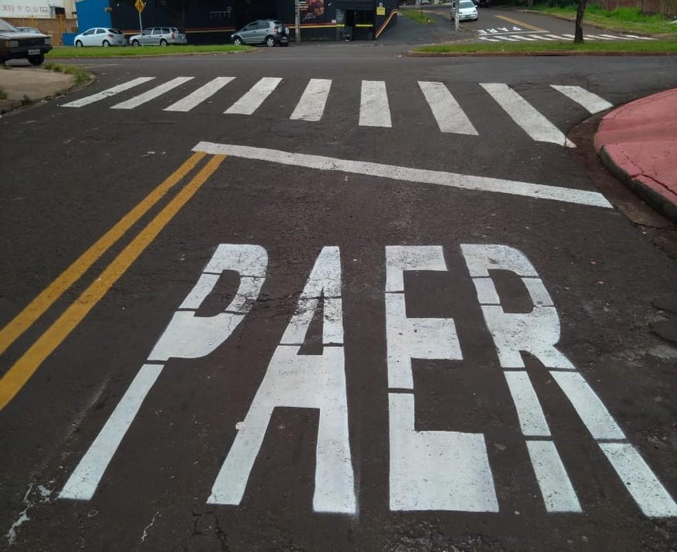 'PAER', diz sinalização feita em cruzamento de Maringá na noite de terça-feira (12) — Foto: Rafael Cezar/Arquivo pessoal