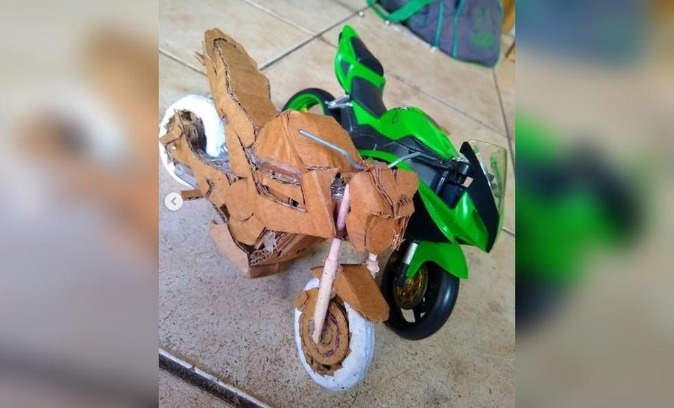 Rio-pretense também produz motocicletas em miniatura usando papelão — Foto: Reprodução/Instagram