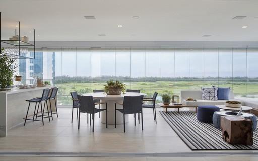 Após reforma, apê ganha varanda gourmet completa e painel de LED no living