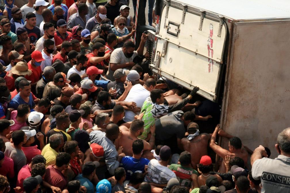 Caminhão carregado de carnes é saqueado após tombar na Rodovia Régis Bittencourt — Foto: Everaldo Silva/Futura Press/Estadão Conteúdo