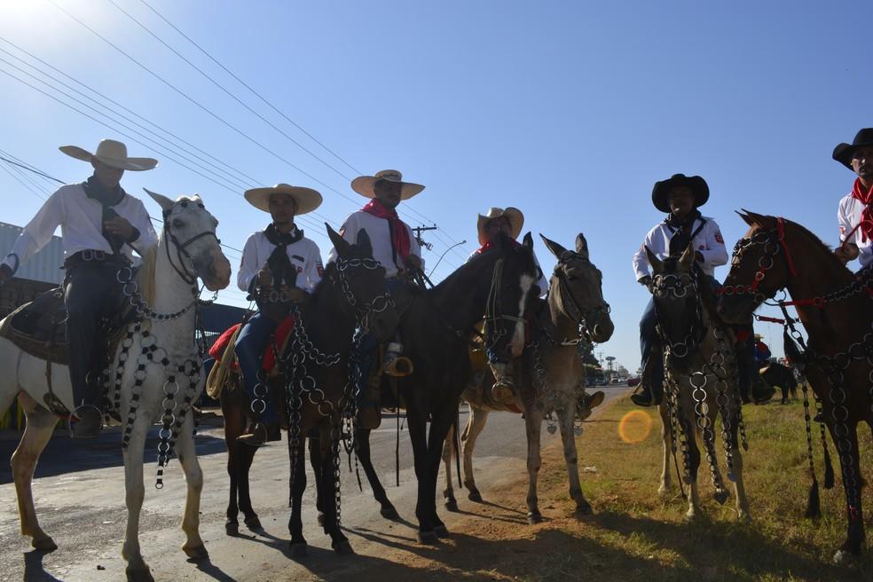 Integrantes de comitiva de Cujubim vieram até Ariquemes para participar da cavalgada da Expoari (Foto: Jeferson Carlos/G1)