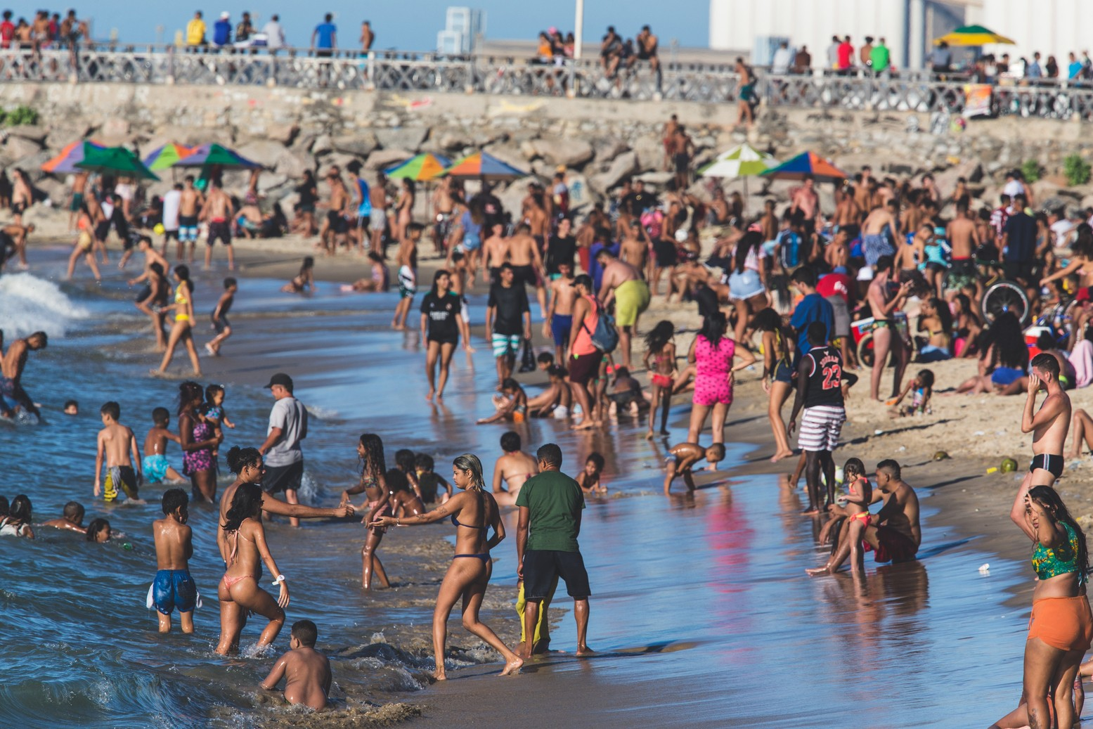 Praias de Fortaleza registram aglomerações e desrespeito ao uso de máscaras neste domingo