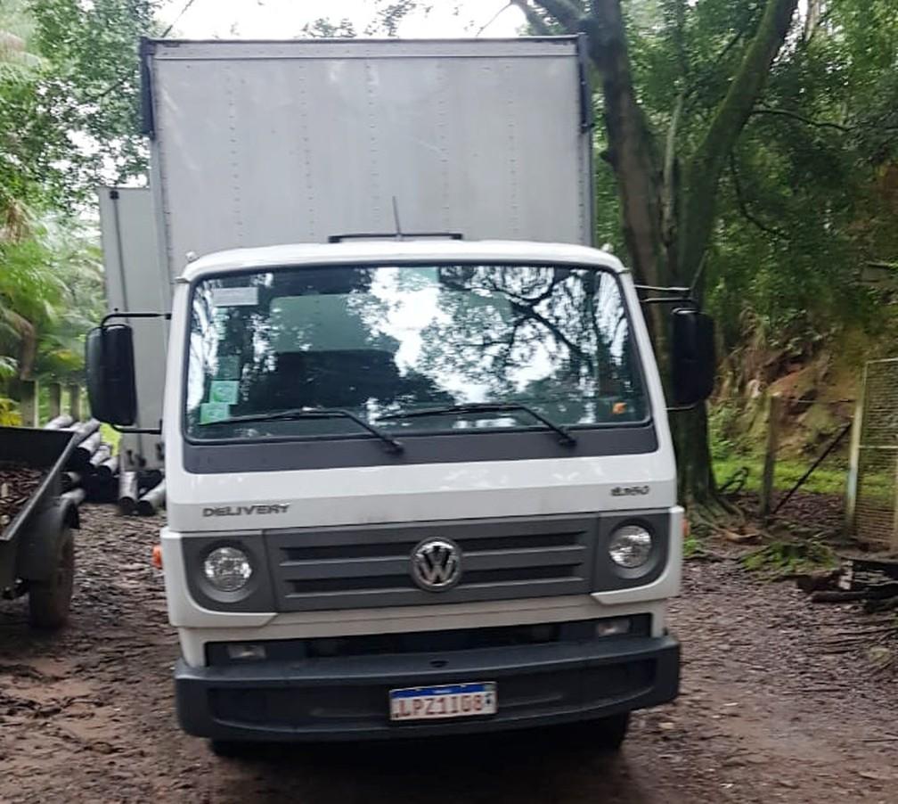 Caminhões usados em mudança eram adaptados para levar o petróleo roubado — Foto: Reprodução