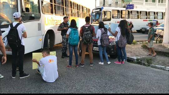 Estudantes interditam avenida em João Pessoa em protesto contra corte de verbas