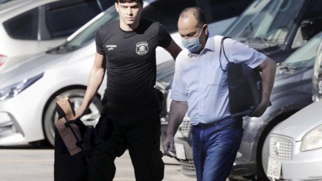 Pastor Everaldo, preso na operação da Polícia Federal e do MPF, chega com uma sacola preta na sede da PF