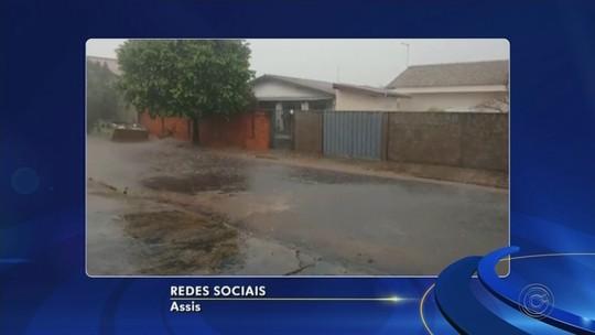 Chuva forte e com granizo causa alagamentos e arrasta carros em Assis