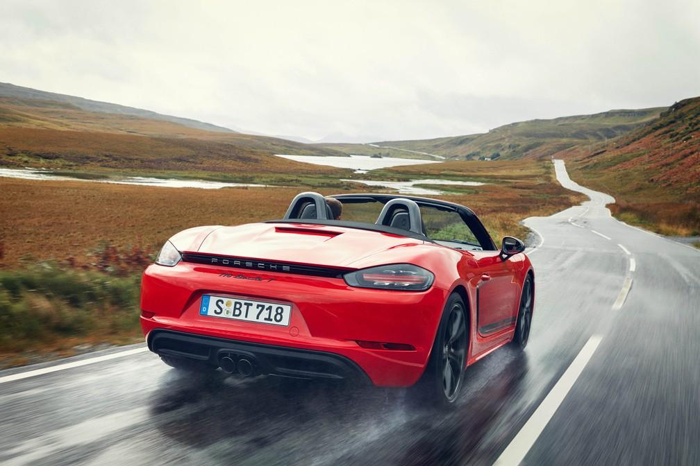 Porsche 718 T pode ser cupê (Cayman) ou conversível (Boxster); saídas de escape são pretas — Foto: Divulgação/Porsche
