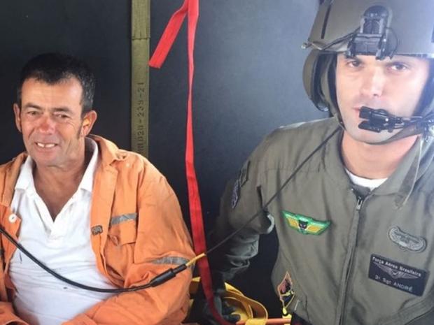 FAB divulgou foto de sobrevivente resgatado de navio estrangeiro (Foto: FAB/Divulgação)