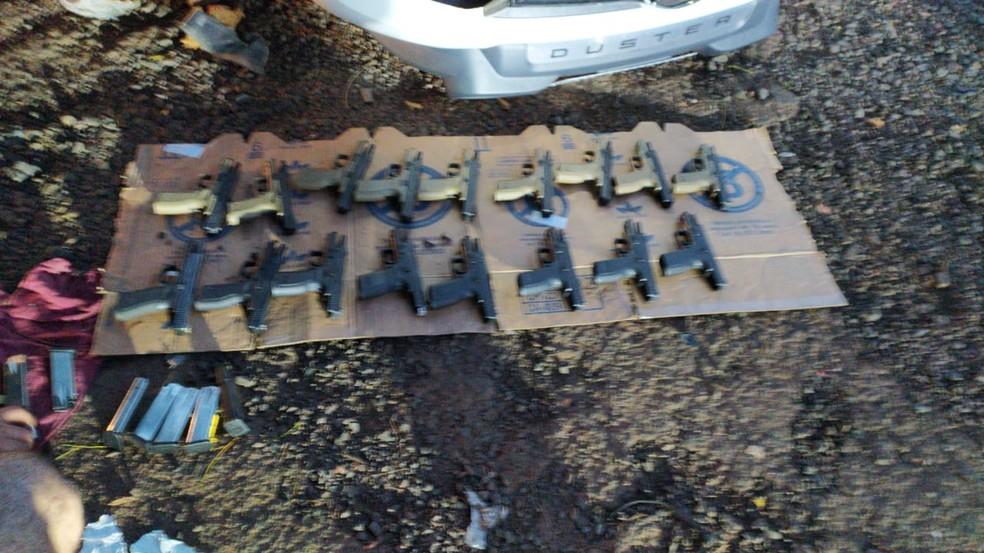 Pistolas e carregadores estavam escondidos em carro — Foto: Arquivo Pessoal