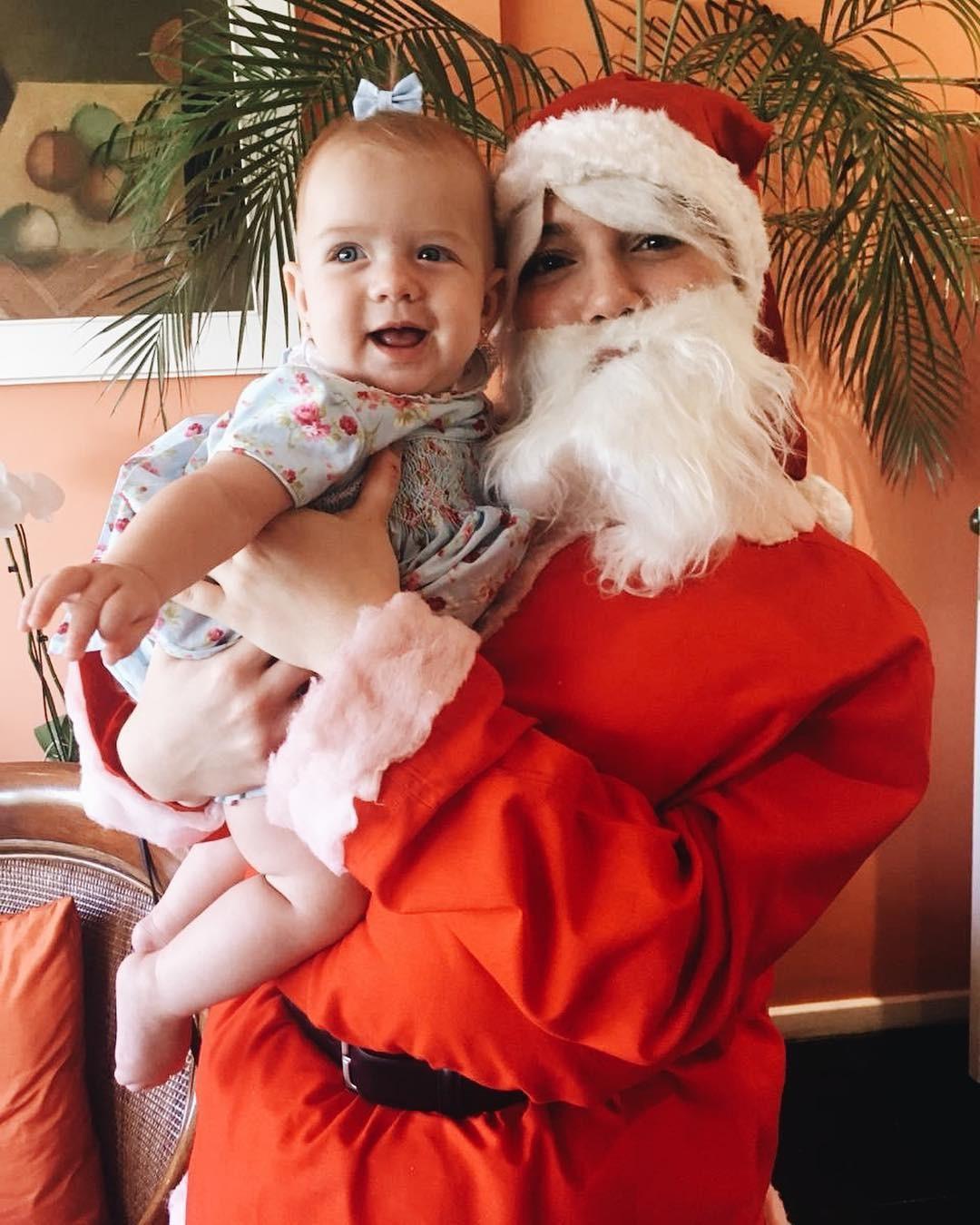 Alie Wegmann diverte a família vestida de Papai Noel (Foto: Reprodução/Instagram)