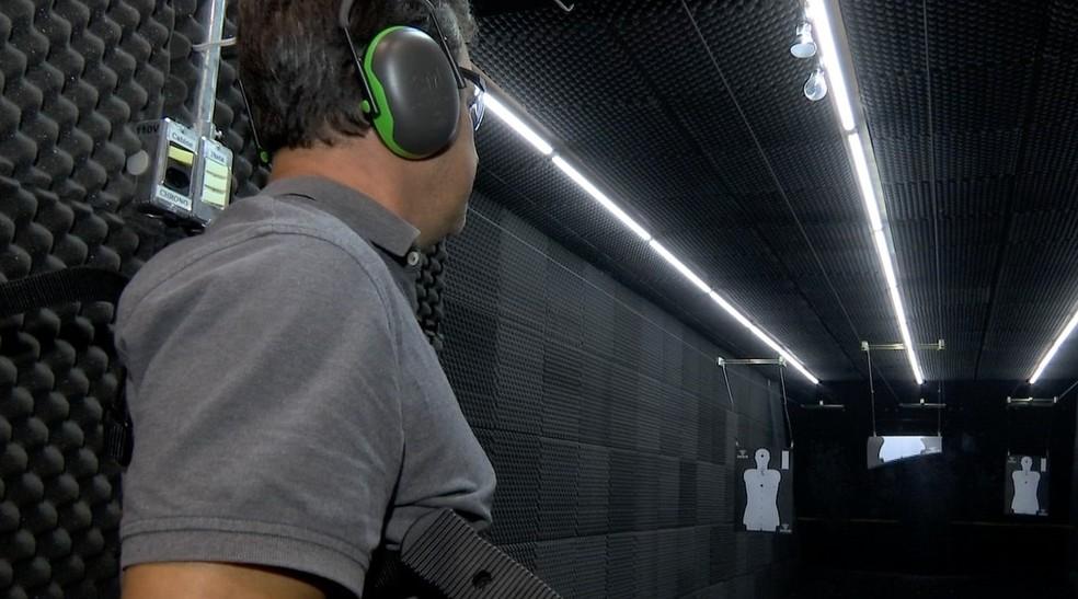 Ideal é que as pessoas que querem adquirir armas de fogo recebam treinamento — Foto: TVCA/Reprodução