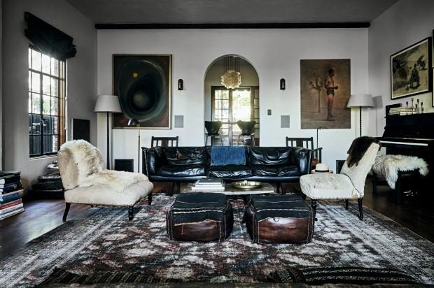 Assoalho de madeira, sofá de couro e objetos garimpados em tons de marrom criam uma atmosfera sóbria e eclética na sala (Foto: Martin Lof / Living Inside)