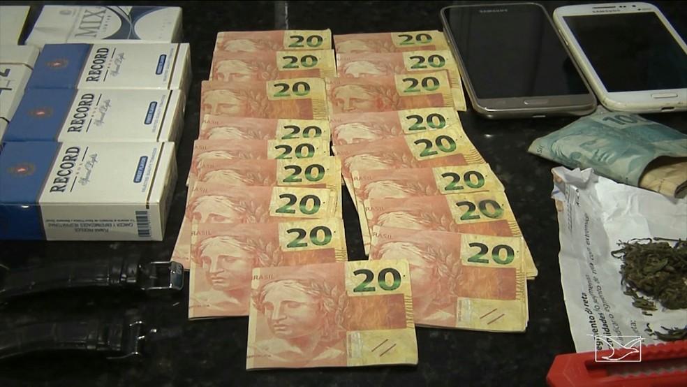 Com os dois homens foi apreendido cerca de R$ 1.640,00 reais em notas falsas. (Foto: Reprodução/TV Mirante)