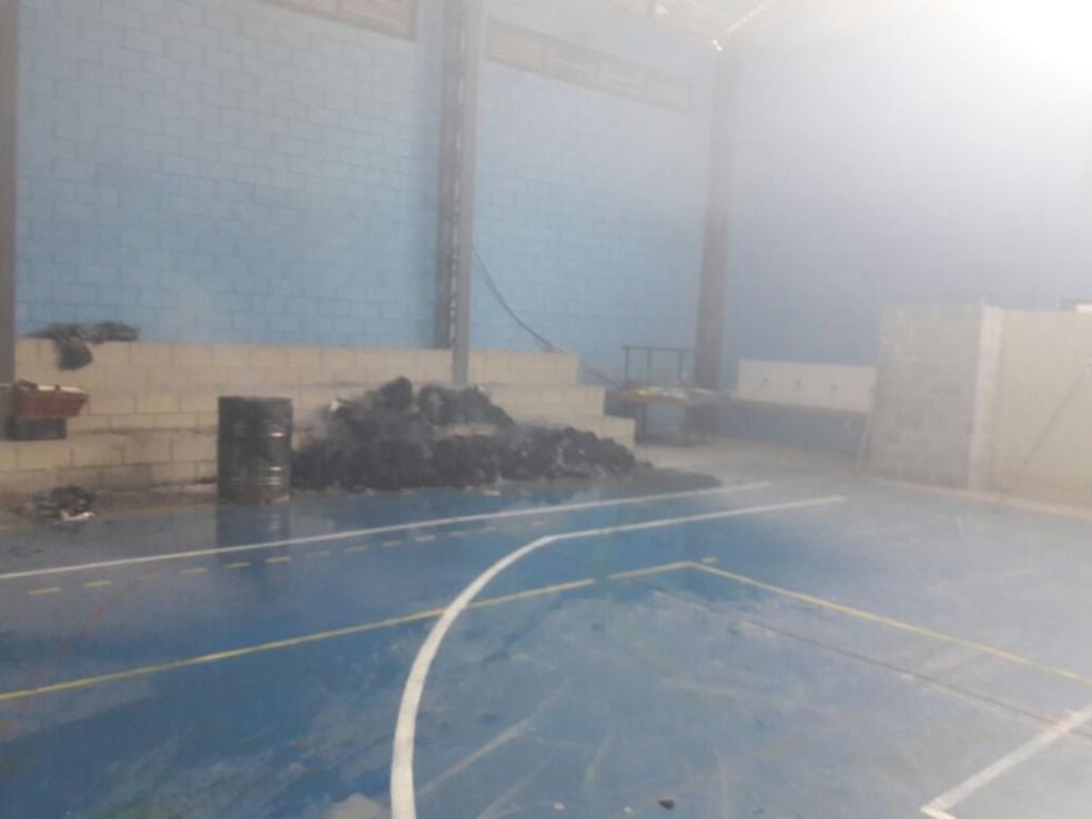 Material foi queimado dentro de escola estadual de Salto de Pirapora (Foto: Guarda Civil Municipal/Divulgação)