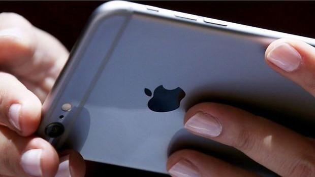 Os chilenos pedem que todos os iPhones sejam reparados pela Apple ou que a empresa recompre os equipamentos antigos dos usuários  (Foto: Getty Images/via BBC News Brasil)