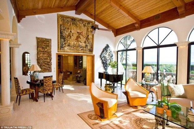 Sala de estar da nova mansão do cantor Jon Bon Jovi (Foto: Trulia / TNI Press LTD / Reprodução)