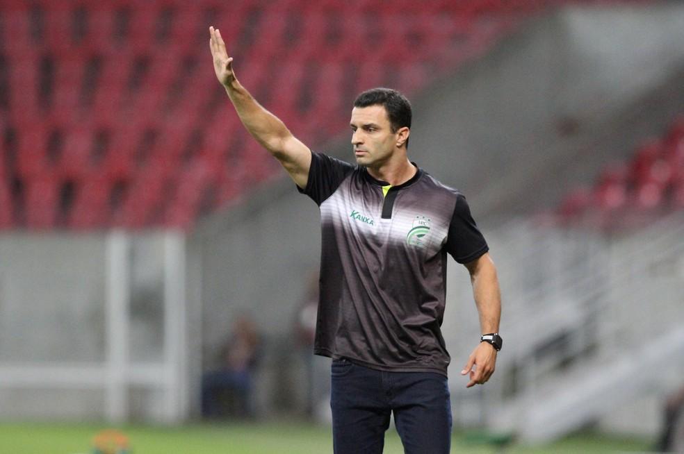 Júnior Rocha diz que conversa com diretores do Santa Cruz deixaram treinador confiante num acerto (Foto: Marlon Costa / Pernambuco Press)