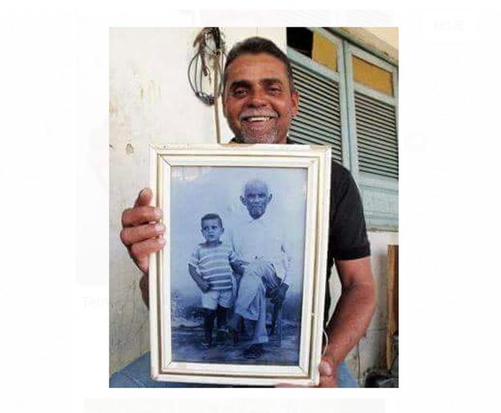 João Gonzaga carrega com carinho a foto de infância com o pai de criação Januário (Foto: Joyce de Oliveira Januário/ Arquivo pessoal )