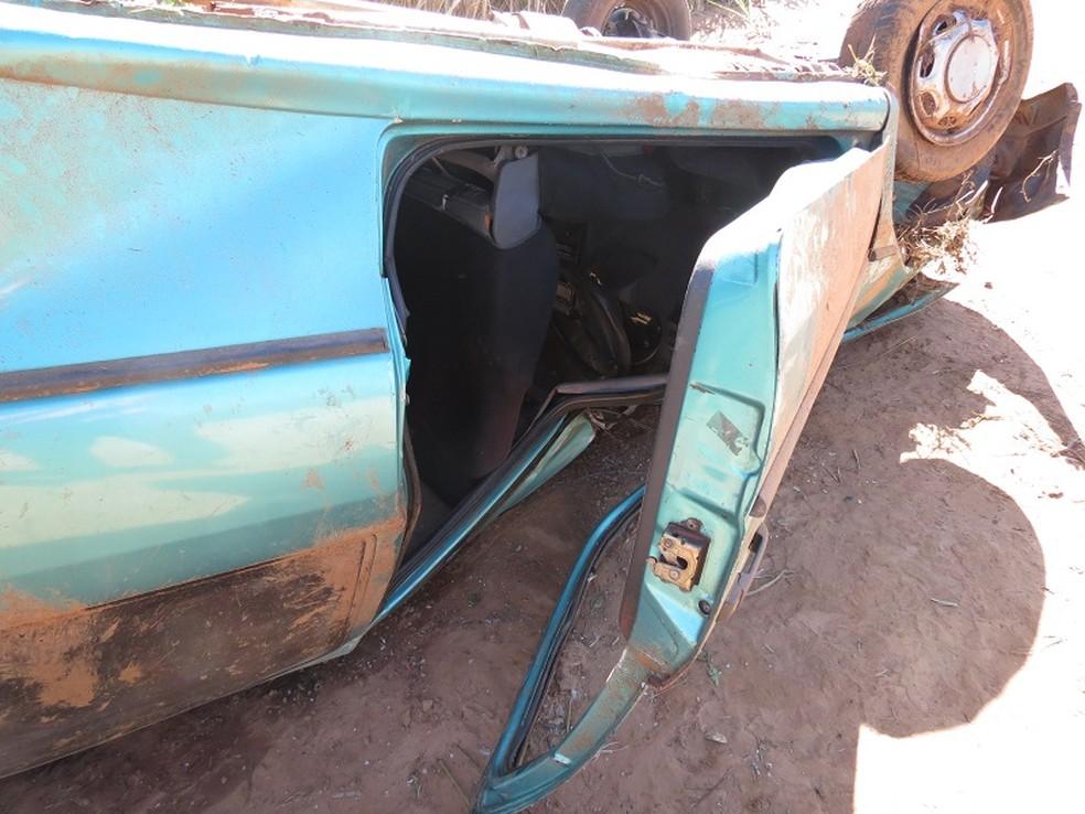 Veículo furtado foi encontrado capotado em Rodovia  — Foto: Jorge Zanoni